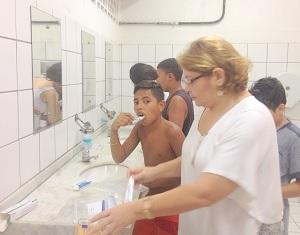 Profissional supervisiona a higiene bucal realizada pelas crianças, após realização de palestra no IEFES/UFC, em 13/06/2016.
